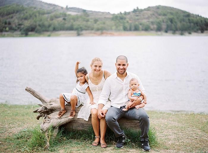 Reportaje fotográfico de familia para Sasha Pedro Emma y Marc Fotografía analógica Contax 645 en Tarragona_01